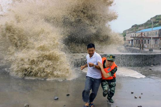 """台风""""苏力""""掀浙江福建沿海巨浪"""