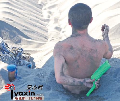 昨日,吐鲁番沙疗所,一名游客正在做沙疗。亚心网记者史纪伸实习生谢鹏摄